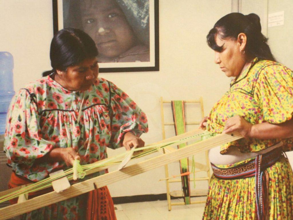 Mujeres rarámuri «tejen los días» para mantener viva su cultura