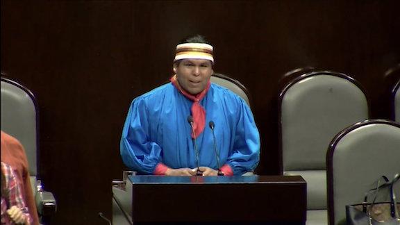 En defensa de la cultura rarámuri, Romeyno toma la tribuna del Congreso de la Unión