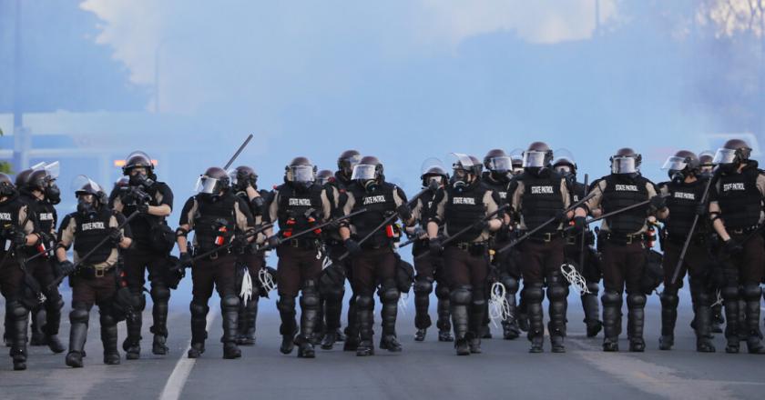 <strong>Toque de queda en 25 ciudades de EU tras disturbios por la muerte de George Floyd</strong>