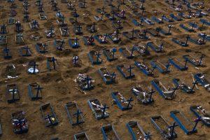 Esta imagen del lunes 11 de mayo de 2020 muestra tumbas de personas que han muerto en los últimos 30 días durante la pandemia del coronavirus, en una nueva sección del cementerio Nossa Senhora Aparecida, en Manaos, Brasil. (AP Foto/Felipe Dana)