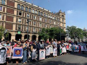 Familiares y estudiantes de Ayotzinapa protestan afuera de la SCJN con motivo de un aniversario más de la desaparición de los 43 normalistas, en la Ciudad de México, el 23 de septiembre de 2020. Foto Alfredo Domínguez