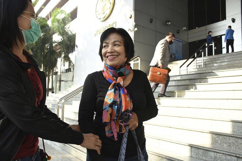 Una mujer, identificada solo por su nombre, Anchan (derecha), habla con una amiga a si llegada a un tribunal en Bangkok, Tailandia, el 19 de enero de 2021, para una vista de un juicio por insultos al rey. (AP Foto)